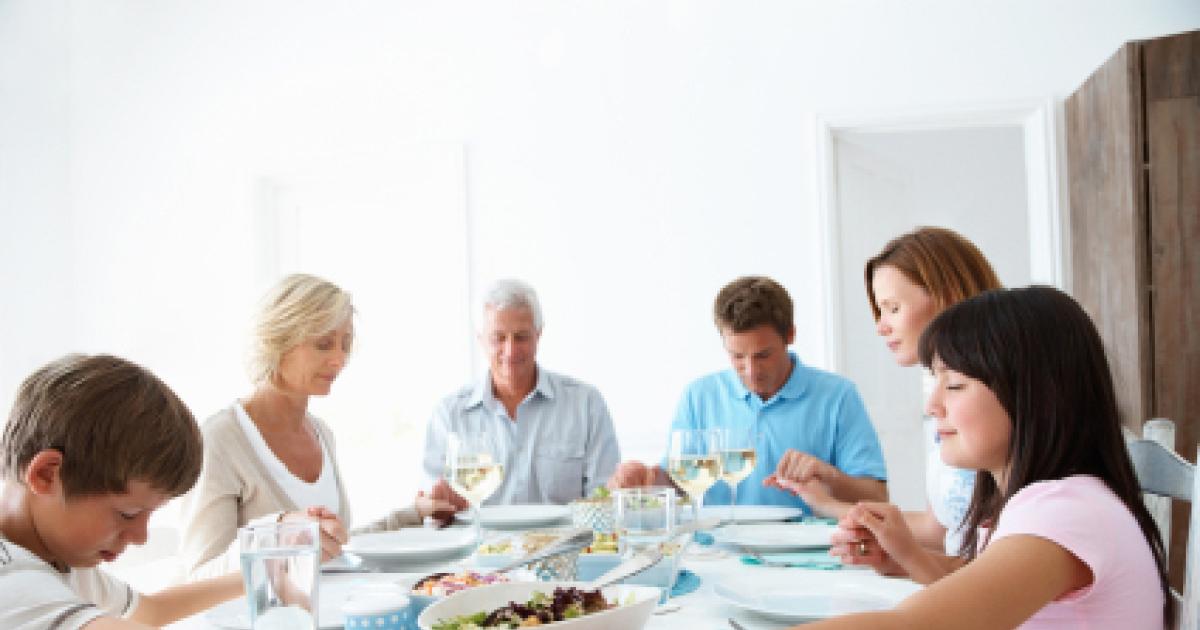 Prière avant le repas de mariage